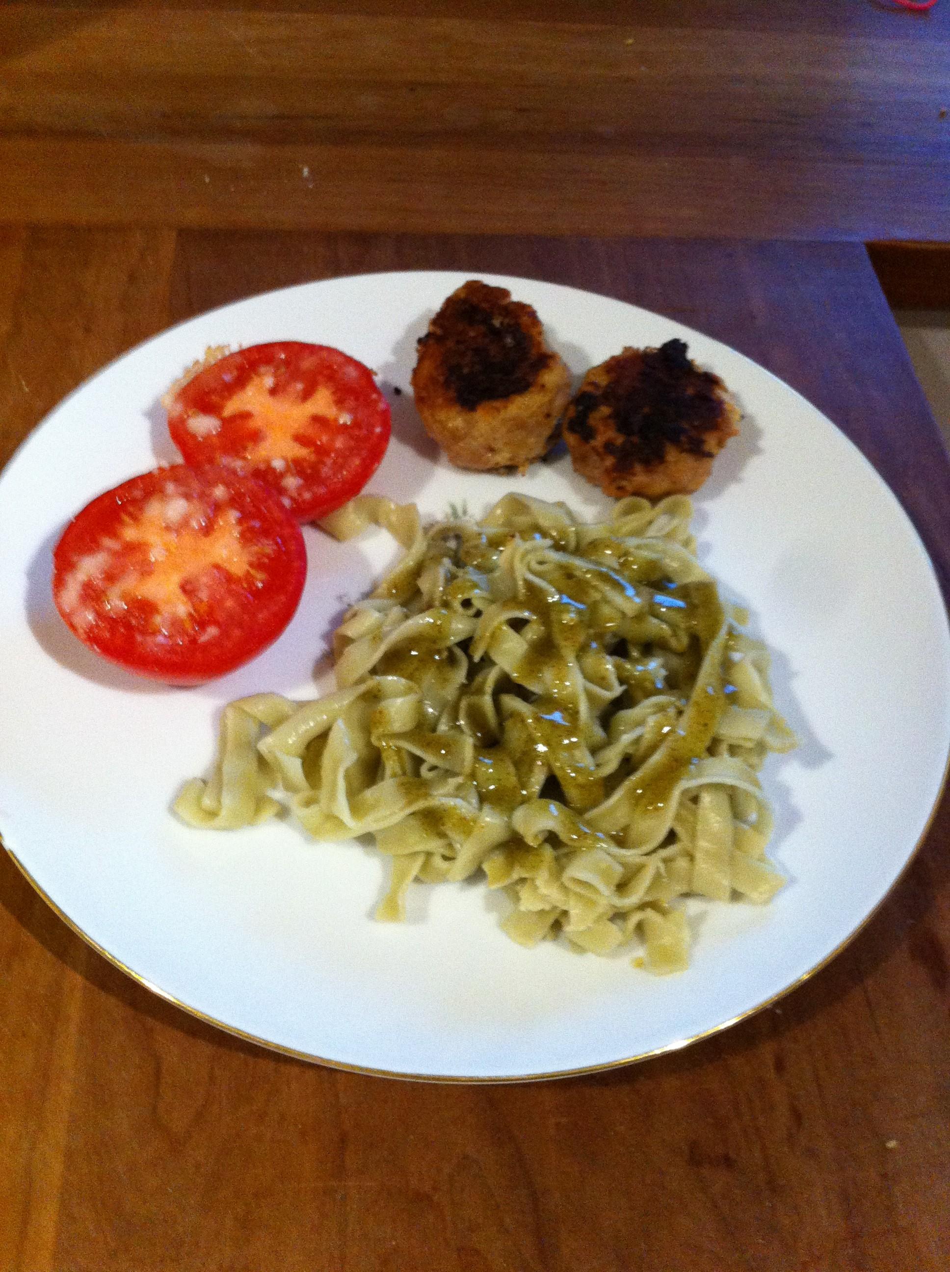 Frikadeller med parmaskinke, tomater og pesto-pasta